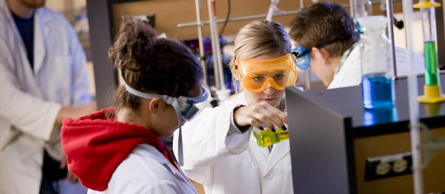 Students participate in a chemistry lab at U of G